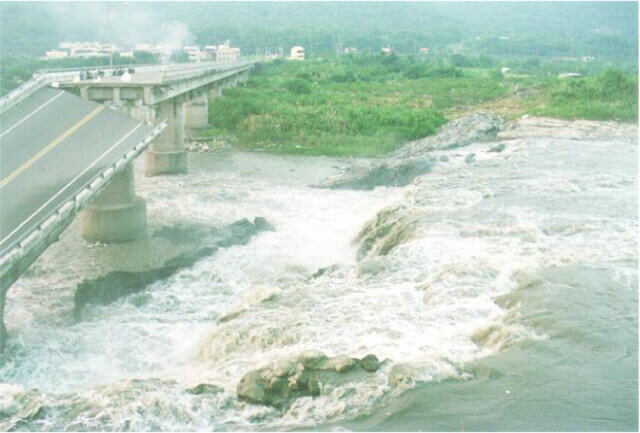 【図-19】断層変位に伴う埤豊橋の被害状況(台湾 1999年集集地震)