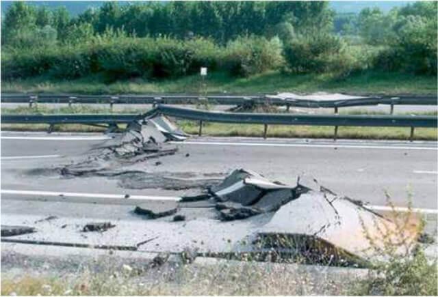 【図-22】道路の被害(Kocaeli 地震,1999)